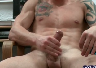 Amazing muscled and tattoed hunk jerking