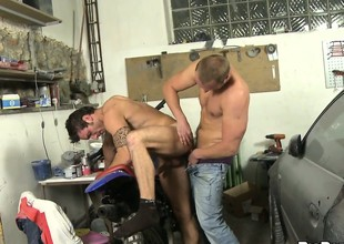 This mechanic gets his cock sucked by a horny dude's mouth in his repair let down